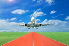 Passagerareflygplanet tar av från landningsbanor mot härlig himmel, royaltyfria bilder