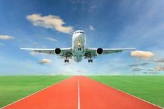 Passagerareflygplanet tar av från landningsbanor mot härlig himmel, arkivfoto