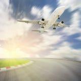 Passagerareflygplanet tar av från landningsbanor mot härlig himmel, arkivfoton
