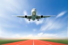 Passagerareflygplanet tar av från landningsbanor mot härlig himmel, royaltyfri fotografi