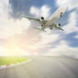Passagerareflygplanet tar av från landningsbanor mot härlig himmel, fotografering för bildbyråer