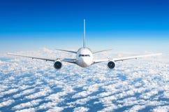 Passagerareflygplanflyg på flygnivån som är hög i himlen ovanför molnen och den blåa himlen Sikt direkt framme, exakt royaltyfri foto