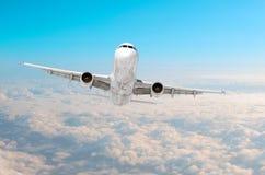 Passagerareflygplanflyg på flygnivån som är hög i himlen ovanför molnen Sikt direkt framme, exakt arkivfoto
