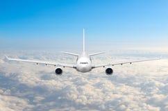 Passagerareflygplanflyg på flygnivån som är hög i himlen ovanför molnen Sikt direkt framme, exakt royaltyfri bild