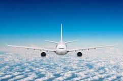 Passagerareflygplanflyg på flygnivån som är hög i himlen ovanför molnen Sikt direkt framme, exakt royaltyfri foto