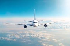Passagerareflygplanflyget på flygnivån som var hög i himlen ovanför molnen och blåtten, tonade himmel Sikt direkt framme, exakt royaltyfri fotografi