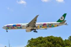 Passagerareflygplanlandning p? den Changi flygplatsen royaltyfria foton