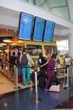 Passagerareköpmat från matlastbilen i den SLAPPA Los Angeles flygplatsen fotografering för bildbyråer