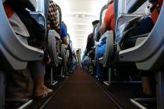 Passagerarekabin i flykten med folk Ekonomiklass Sikt från golv royaltyfria foton
