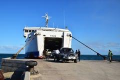 Passageraremedel som är kommande ut från en stor färja på Natovi som landar närliggande Suva, Fiji Arkivbilder