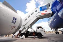 Passageraremomentet förbindelse till den nya Boeing 787 Dreamliner för massmediaförtittdrömmen turnerar på Singapore Airshow 2012 Fotografering för Bildbyråer