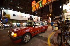 Passageraren stiger av från taxien på i Hong Kong Royaltyfri Fotografi