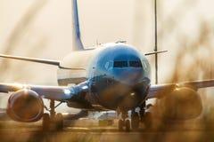 Passagerarenivå för Jet2 Boeing 737 på Larnaca den internationella flygplatsen Royaltyfria Bilder