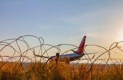 Passagerarenivå för Jet2 Boeing 737 på Larnaca den internationella flygplatsen Arkivfoto
