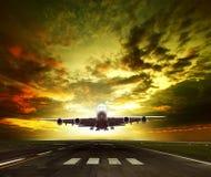 Passagerarenivå som är klar att ta av på flygplatslandningsbanabruk för tra Arkivfoton
