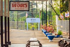 Passagerareplattformen på den Phichit järnvägsstationen, den huvudsakliga järnvägsstationen av det Phichit landskapet och som lok royaltyfri fotografi