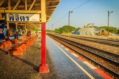 Passagerareplattformen på den Phichit järnvägsstationen, den huvudsakliga järnvägsstationen av det Phichit landskapet och som lok royaltyfria bilder