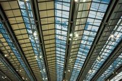 Passagerarereflexion på flygplatskorridortaket Arkivfoto