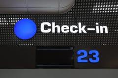 Passagerareregistreringen kontrollerar in skrivbordet på den internationella flygplatsen royaltyfri foto