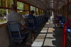 Passagerareritt i en spårvagn fotografering för bildbyråer