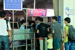 Passageraresäkerhetskontroller före att skriva in den xiamen järnvägsstationen Royaltyfri Foto