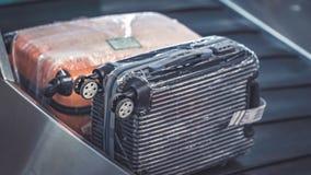 Passagerares bagage p? transportbandet p? flygplatsen royaltyfri fotografi