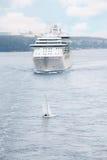 Passagerareship och yacht som flottörhus nära Stockholm Arkivfoto