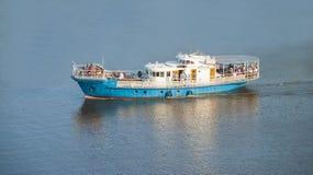 Passagerareship på floden Royaltyfri Bild