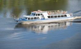 Passagerareship på floden Royaltyfri Fotografi