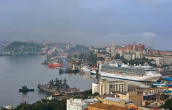 Passagerareskepp Diamond Princess i port Vladivostok Östligt (Japan) hav Ryssland 02 09 2015 Arkivfoto