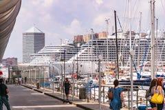 Passagerareskepp, f?rjor och yachter i porten - Porto Antico i Genua, Liguria, Italien, Europa royaltyfri fotografi