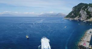 Passagerareskepp i den Capri hamnen stock video