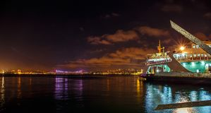 Passagerareskepp i mitt av år Istanbul horisont Royaltyfri Fotografi