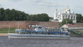 Passagerareskepp med turister som svävar på floden lager videofilmer