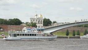 Passagerareskepp med turister som svävar på floden arkivfilmer
