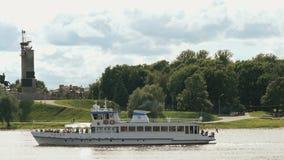 Passagerareskepp med turister som svävar på floden stock video