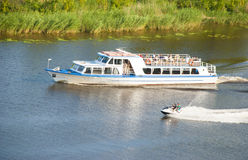 Passagerareskepp och motoriska fartyg på floden Arkivbild