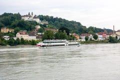 Passagerareskepp på flodgästgivargården i Passau Arkivbilder