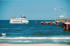 Passagerareskeppet att närma sig en pir i den Rugen ön, tonad bild fotografering för bildbyråer