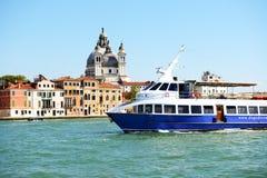 Passagerareskeppet med turister Royaltyfri Fotografi