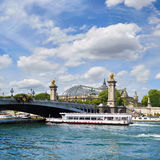 Passagerareskeppet passerar under den Alexander III bron i Paris, franc Royaltyfria Bilder