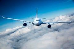 Passageraretrafikflygplan i skyen Royaltyfri Fotografi