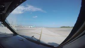 Passageraretrafikflygplan som beskattar till en landningsbana för start arkivfilmer