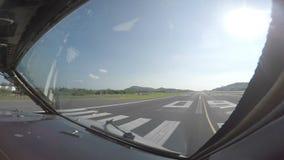 Passageraretrafikflygplan som beskattar till en landningsbana för start lager videofilmer