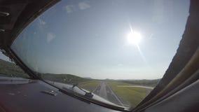 Passageraretrafikflygplan som tar av från cockpit stock video