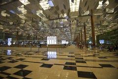 Passageraretransportkorridoren av den Singapore flygplatsen arkivbilder