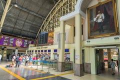 Passagerareväntan på köen för köpdrevbiljett i drevstationen Bangkok Thailand arkivbilder
