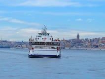 Passagerarfärja på Galata tornbakgrund Arkivfoto