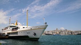 Passagerarfärja som anslutas på Eminonu, Istanbul, Turkiet stock video