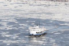 Passagerarfärjan korsar det djupfrysta Stet Lawrence River från Levis till Quebec City royaltyfri foto